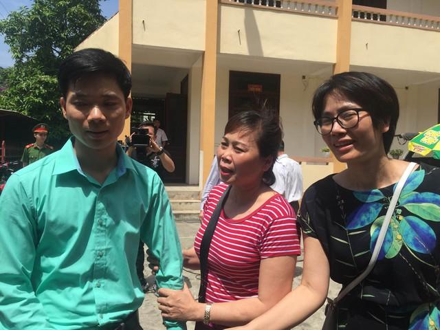 BS Hoàng Công Lương trong vòng tay đồng nghiệp, người thân sau khi rời khỏi phòng xử án sáng 7/5. Ảnh: TG.