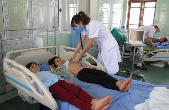 Các bệnh nhân bị ngộ độc nấm đang được bác sĩ kiểm tra sức khỏe. Ảnh: B.Minh