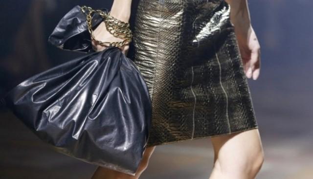 Mẫu túi đen giá 30 triệu VNĐ của Lanvin từng bị la ó thậm tệ.