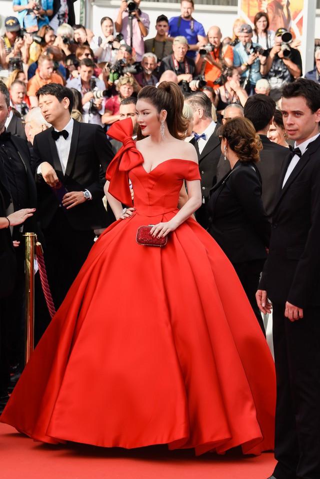 """Do phần váy xoè rộng tạo cảm giác bồng bềnh là """"thương hiệu"""" của những bộ váy Cinderella và cũng gây nhiều khó khăn cho chủ nhân khi di chuyển, nhưng với kinh nghiệm nhiều năm sải bước trên thảm đỏ Cannes, Lý Nhã Kỳ đã ra mắt hết sức tự nhiên và cuốn hút."""