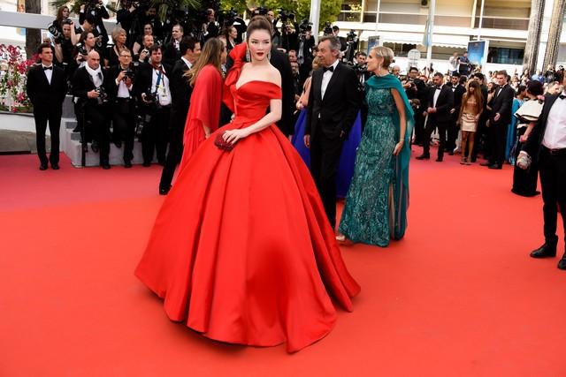 Đầm dạ hội của nhà thiết kế Đỗ Long lấy cảm hứng từ hình ảnh Cinderella giúp Lý Nhã Kỳ nổi bật trên nền Red Carpet tựa nàng công chúa bước ra từ truyện cổ tích
