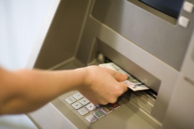 Các ngân hàng đồng loạt thông báo tăng phí rút tiền qua thẻ ATM
