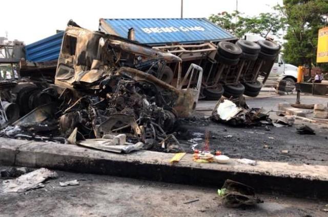 Sau cú va chạm mạnh, 2 xe container biến dạng và bất ngờ bốc cháy dữ dội. Ảnh: Bạn đọc cung cấp