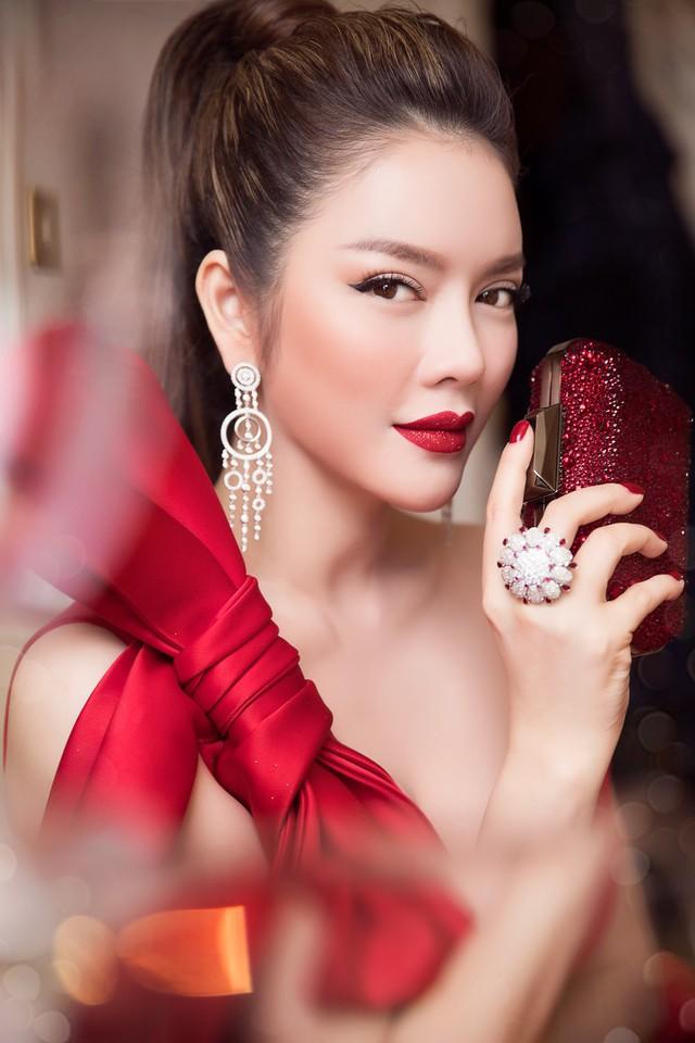 Lý Nhã Kỳ thu hút ống kính của các phóng viên quốc tế với vẻ đẹp lãng mạn, nữ tính pha chút cổ điển