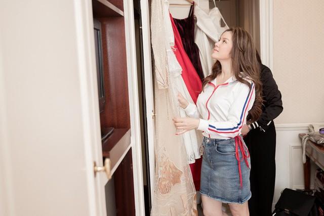 """Khoe loạt phụ kiện và trang phục """"khủng"""" mang đến Pháp, Lý Nhã Kỳ đã sẵn sàng sải bước trên thảm đỏ Cannes"""