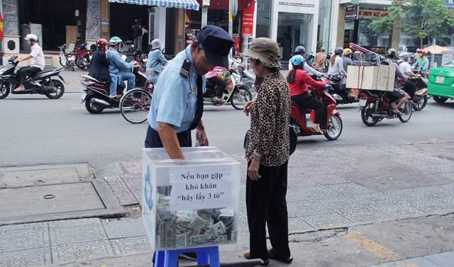 Thùng tiền 'khó khăn, hãy lấy 3 tờ' ở Sài Gòn: Có người lấy cả bao gom tiền