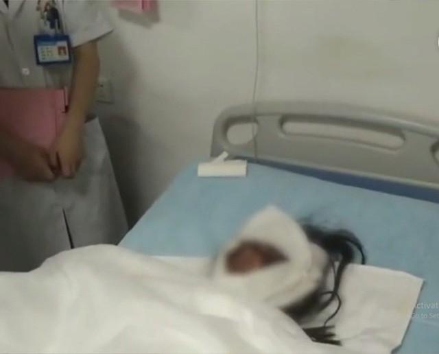 Toàn thân bỏng nặng nhưng hành động này của người mẹ trẻ đã khiến cả mạng xã hội đều không kìm được nước mắt