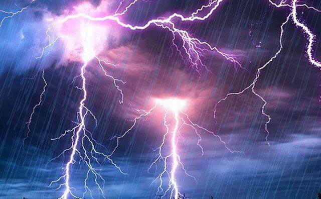 Nghe điện thoại trong lúc trời mưa, người đàn ông bị sét đánh tử vong