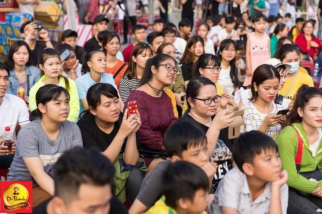 """Hàng trăm bạn trẻ đã có mặt từ đầu giờ chiều để tham gia lễ hội, cổ vũ bạn bè và thần tượng trong các thử thách """"Chơi hàng nóng mà vẫn tươi""""."""