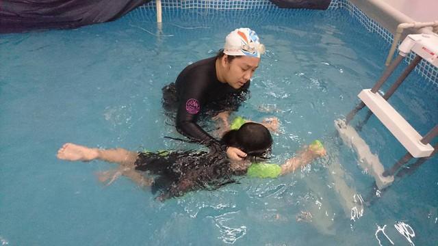 Cần cho trẻ xuống bể thời gian xuống nước tối đa 30-45 phút/lần (tùy tuổi). Ảnh: T.G