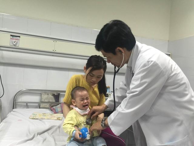 Khám bệnh cho trẻ ở Khoa Truyền nhiễm, Bệnh viện Nhi Trung ương. Ảnh: T.Nguyên