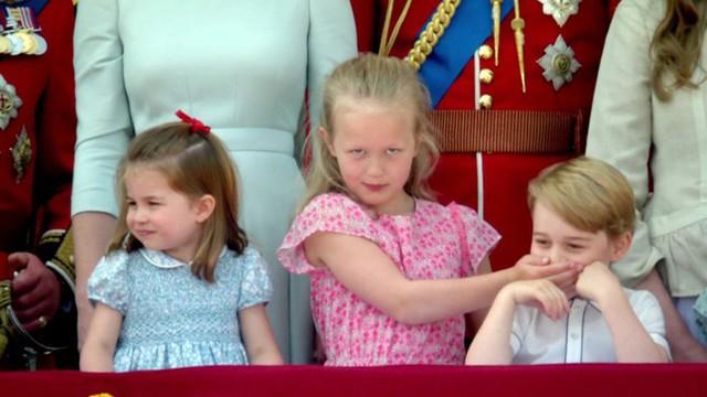 Savannah bịt miệng George khi đứng trên ban công. Ảnh: BBC.