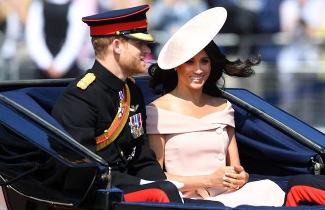 Vợ chồng hoàng tử Harry ngồi xe ngựa chào người hâm mộ trong sự kiện sinh nhật Nữ hoàng hôm 9/6. Ảnh: I-image.