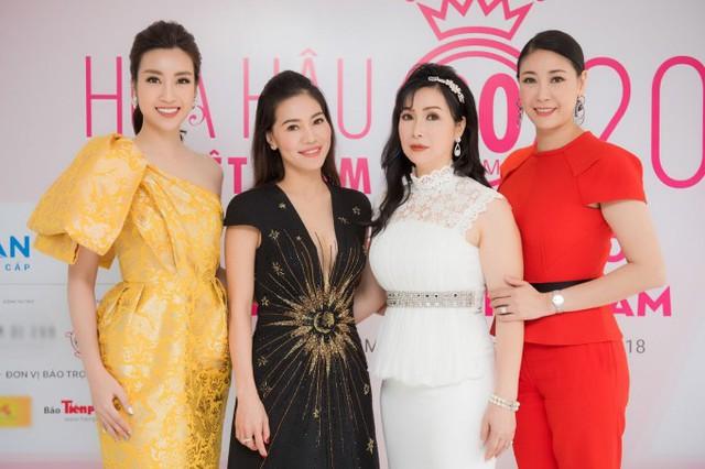 Bà Phạm Kim Dung (váy đen) - Phó trưởng ban tổ chức - cho biết cuộc thi Hoa hậu Việt Nam 2018 tiếp tục theo đuổi tiêu chí tìm kiếm những cô gái hội đủ vẻ đẹp hình thể, tri thức, tác phong văn hóa và nét đẹp tâm hồn. Người chiến thắng sẽ đại diện Việt Nam tham gia Miss World 2018 tại Trung Quốc.