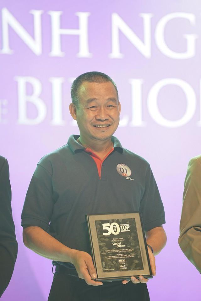Giám đốc điều hành Vietjet Lưu Đức Khánh nhận giải Top 50 Công ty hoạt động hiệu quả nhất 2017.