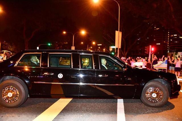 Xe chở ông Trump về khách sạn tại Singapore