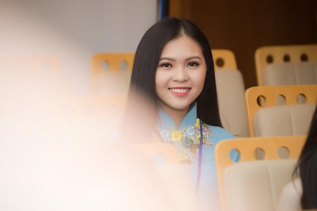Cũng như Thanh Bình, thí sinh Quỳnh Giang xuất hiện trong trang phục áo dài xanh nhã nhặn