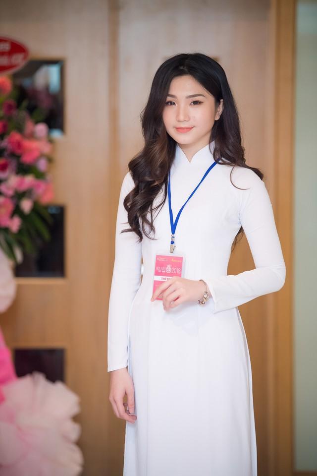Nguyễn Thị Thu Tâm chọn trang phục áo dài trắng