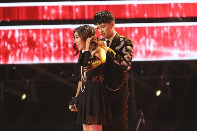 Ga lăng chăm sóc thí sinh nữ nhưng Noo Phước Thịnh vẫn không giành phần thắng.