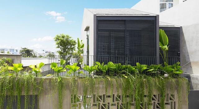 KTS đưa ra ý tưởng xây một nơi ở hai tầng cách điệu từ kiểu nhà ở quê với sự kết hợp của vật liệu truyền thống và hiện đại. Toàn bộ tường bao được hoàn thiện bằng vữa xi măng phủ chất chống thấm trộn xi măng bột. Mái dán đá tự nhiên, phủ sơn cách nhiệt.