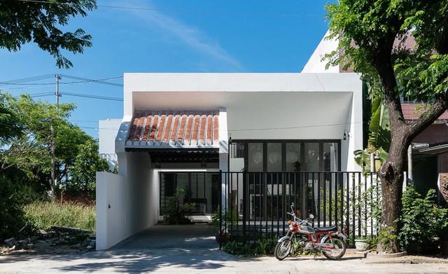 Nhiều người đi ngang qua ngôi nhà ở TP Hội An dễ nghĩ rằng đây là một công trình hiện đại với thiết kế một tầng. Tuy nhiên, trên thực tế, nhà có 2 tầng và nội thất mang phong cách nhà cổ ở địa phương.