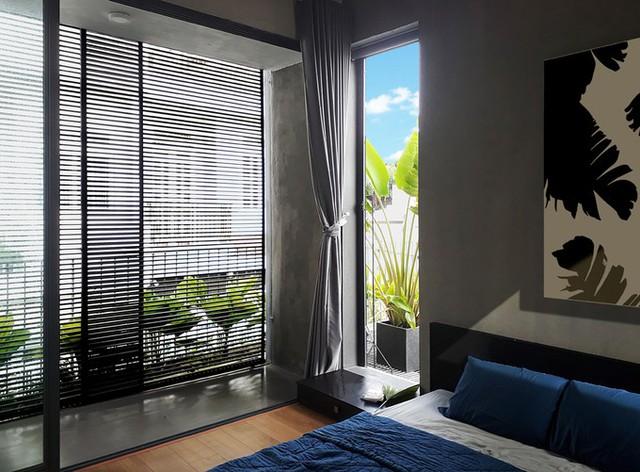 Ngoài tông màu xám đồng điệu với tường bao, trong nhà còn có thêm màu gỗ ấm áp.