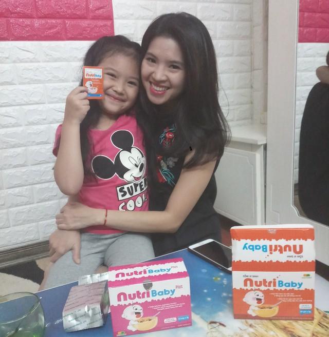 Bé Kitty Minh Kháng đáng yêu khi livestream cùng mẹ