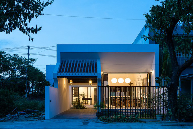 Người thiết kế nhà là KTS Lê Viết Hội. Trong công trình của mình, anh đưa vào những tinh hoa truyền thống của các ngôi nhà xưa.