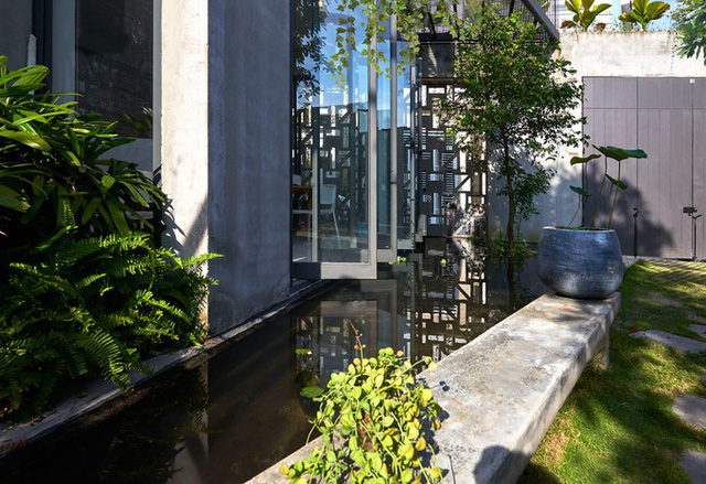 Gia chủ dành 110 m2 (hơn nửa diện tích đất) để làm lối vào văn phòng, để xe, hồ nước, vườn rau, chỗ sinh hoạt ngoài trời.