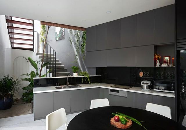 Phần đất còn lại của tầng một được sử dụng làm văn phòng (có lối đi riêng), phòng bếp, bàn ăn, sân trong, WC.