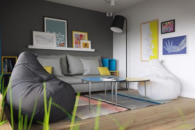 Khu vực sofa có nhiều tranh ảnh trang trí đơn giản nhưng sinh động nhờ màu sắc tươi vui.