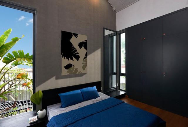 Các bức tranh trang trí trong nhà cũng có họa tiết lá chuối, hoặc màu sắc đơn giản.
