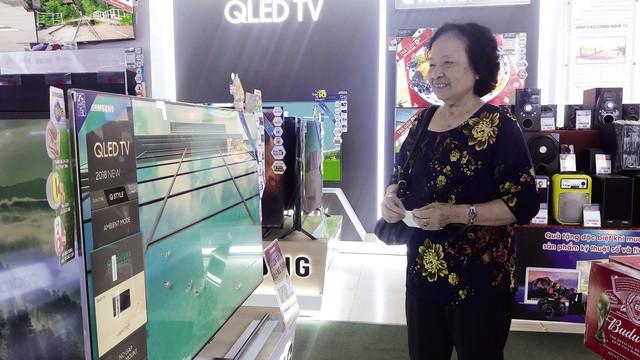 Sau khi VTV phát đi thông báo chính thức về việc đã mua được bản quyền World Cup, gia đình bác Toàn mới an tâm sắm một chiếc tivi mới để gia đình cùng xem World Cup.