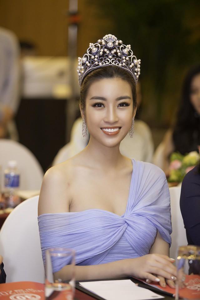 Hoa hậu Đỗ Mỹ Linh là thành viene trẻ nhất của BGK