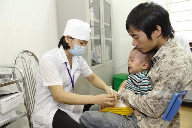 Cha mẹ nên đưa trẻ đến các cơ sở y tế để tiêm vaccine phòng bệnh cho trẻ. Ảnh:CHÍCƯỜNG
