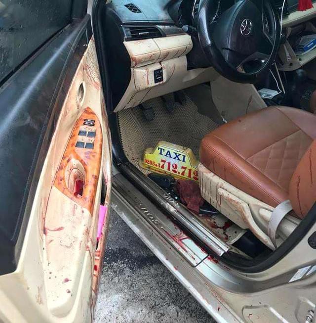 Vết máu của nạn nhân vương vãi trong xe ô tô. Ảnh: Bạn đọc cung cấp