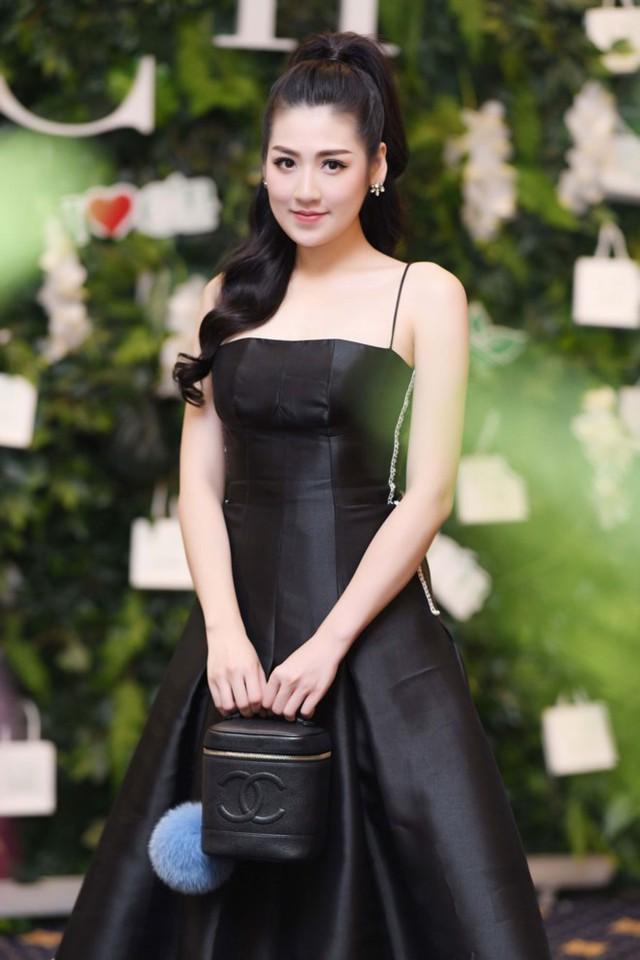 Giữa tin đồn sắp kết hôn với thiếu gia Hà Nội, Á hậu Tú Anh vẫn chăm chỉ đi chạy show. Tuy nhiên, cô không trả lời bất kỳ điều gì với truyền thông về hôn lễ của mình