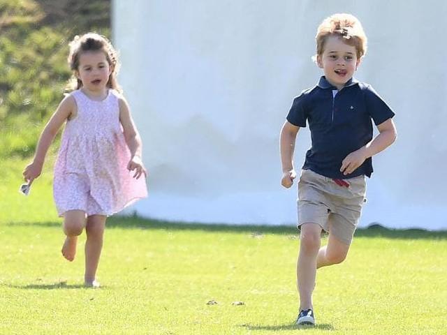 Hai anh em George và Charlotte có những khoảnh khắc đùa vui khi đi xem bố đấu Polo.