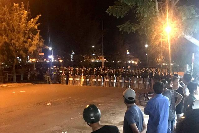 Cảnh sát lập đội hình để giải tán người quá khích gây rối trụ sở công quyền tại TP Phan Thiết tối 11/6. Ảnh: Tuấn Kiệt.