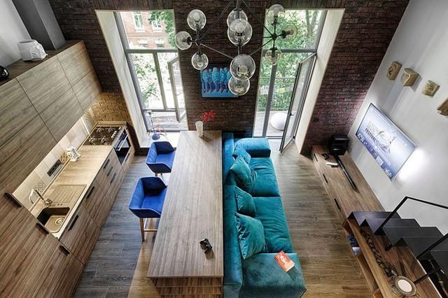 Căn chung cư ở Kiev (Ukraine) chỉ rộng 35 m2 nhưng lại có ưu điểm lớn là trần cao 3,9m. KTS Ivan Yunakov đã tận dụng lợi thế này để làm gác xép, tăng thêm diện tích sử dụng cho gia chủ.
