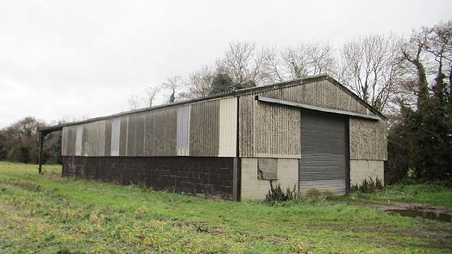 Khu nhà kho ở Norfolk (Anh) có vẻ ngoài xấu xí, kín như bưng nhưng lại nằm giữa khung cảnh thiên nhiên thoáng đãng, nhiều cây cối. Chủ đầu tư quyết định cải tạo ngôi nhà đã xuống cấp này thành một nơi ở khang trang để bán.