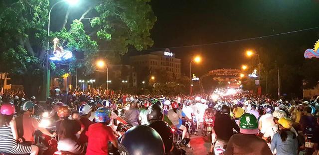Hàng nghìn người hiếu kỳ xem vụ việc làm giao thông khu vực hỗn loạn. Ảnh: Tuấn Kiệt.
