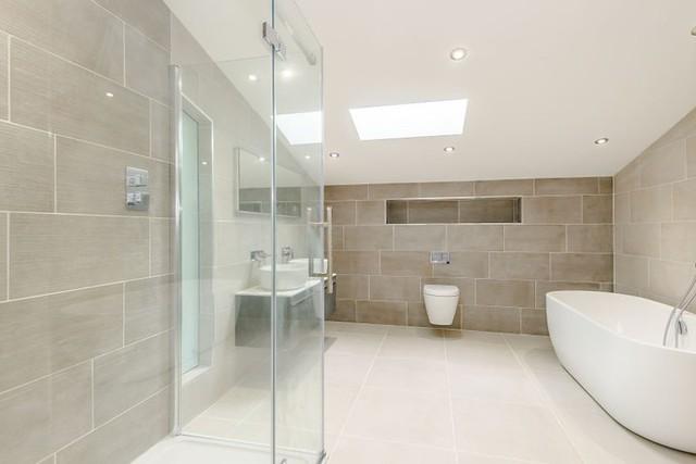 Các phòng ngủ, khu WC đều rộng và có tông màu sáng.