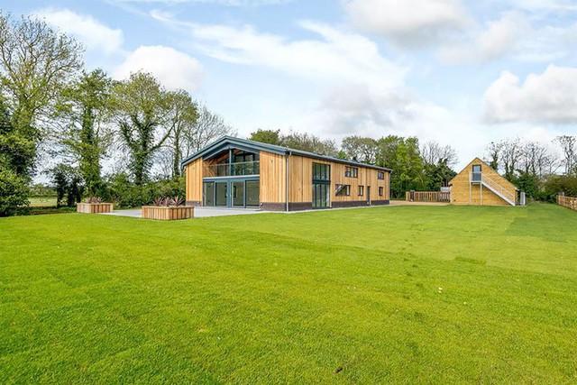 Sân được sửa và thảm cỏ trồng mới giúp tăng giá trị cho ngôi nhà.