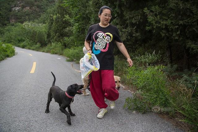 Những chú chó bị bỏ rơi cũng trở thành bạn thân của cô gái. Mỗi khi rảnh rỗi, cô lại đi dọc theo con đường mòn gần nơi mình sinh sống để nhặt rác thải về nhà.