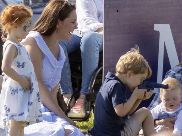 Đáng tiếc món đồ chơi trên tay Hoàng tử George đã khiến nhiều người phản ứng dữ dội.