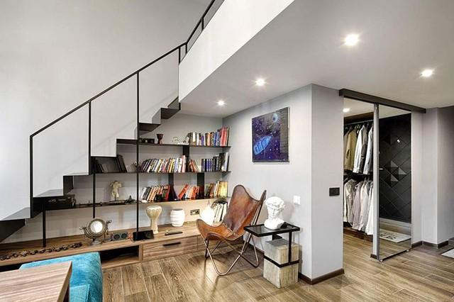 Cầu thang được làm dạng tấm thép nên có thể đặt tủ đồ trang trí phía dưới. Đây là góc đọc sách thư giãn lý tưởng cho chủ nhà. Bên cạnh là một phòng thay đồ khá rộng.