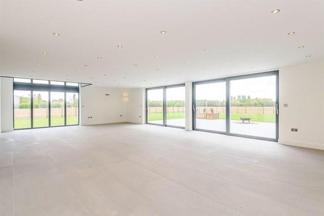 Phòng khách được dành một không gian lớn với khung cửa sổ có thể bố trí ở hai phía.