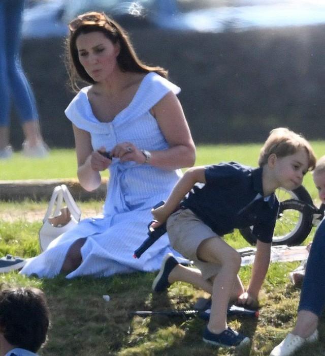 Công chúng bày tỏ sự thất vọng khi Hoàng tử George lại được cho chơi súng.