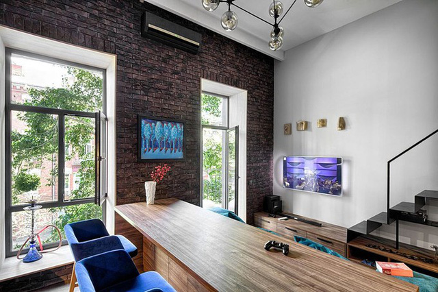 Để tạo cá tính cho ngôi nhà, kiến trúc sư sử dụng những mảng tường gạch mộc kết hợp với các sắc xanh đậm.